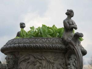 Pflanzentöpfe mit Figuren im Garten von Hampton Court Palace