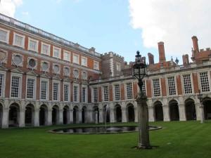 Der Innenhof von Schloß Hampton Court Palace