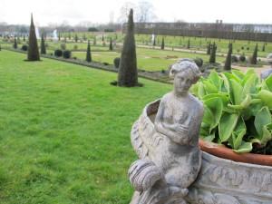 Die schöne Nackte im Garten von Hampton Court Palace