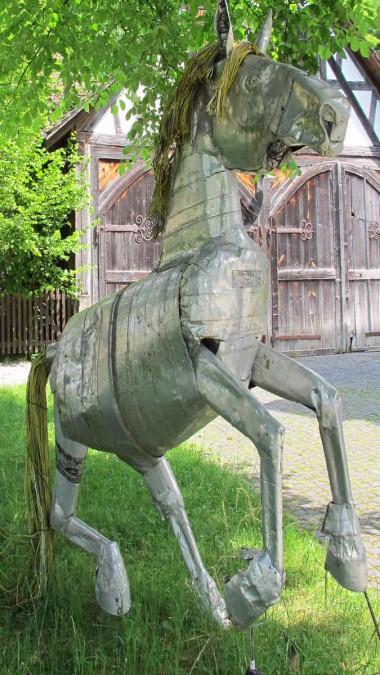 Pferdeskulptur aus Metall in Ittingen