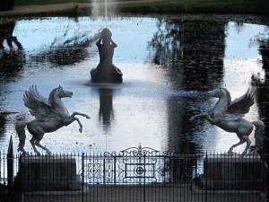 Triton-See mit geflügelten Pferden