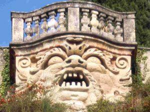 Steinerne Fratze im Garten des Palazzo Giusti