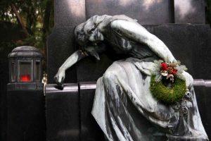 Trauernde Steinfigur an einem Grab