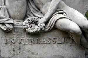 Inschrift an einer Steinskulptur auf dem Wiener Friedhof