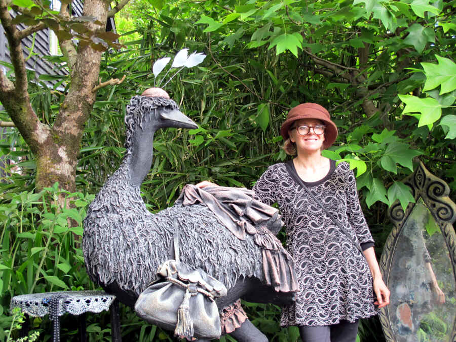 Sheena Wood steht neben einen ihrer Kunstwerke