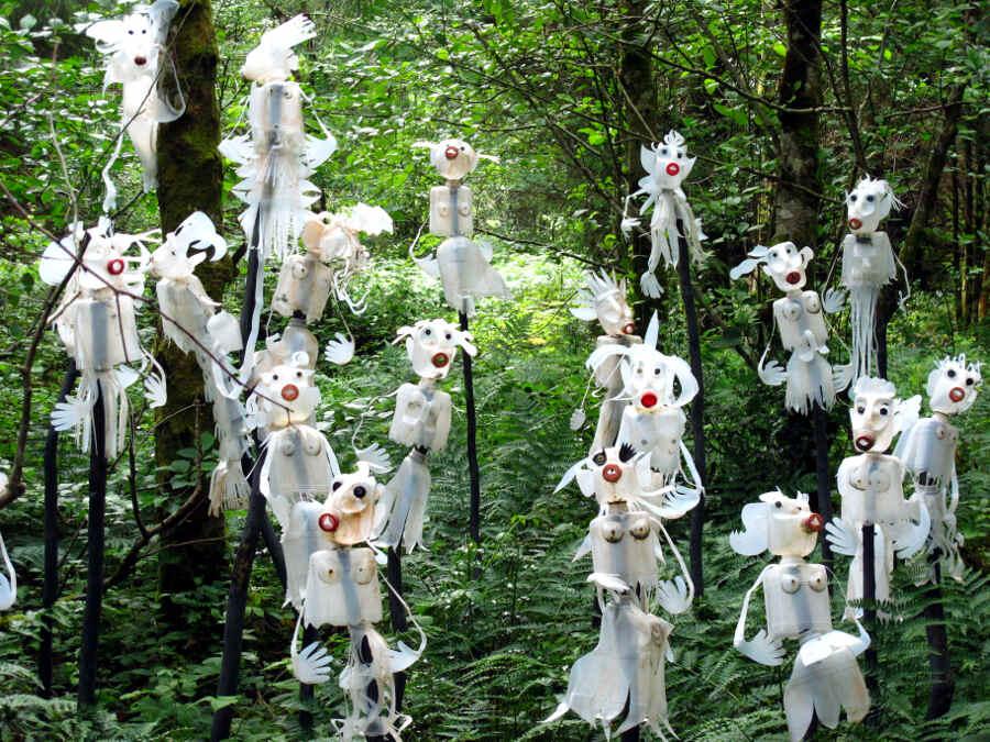 Kleine weiße Figuren im Wald.