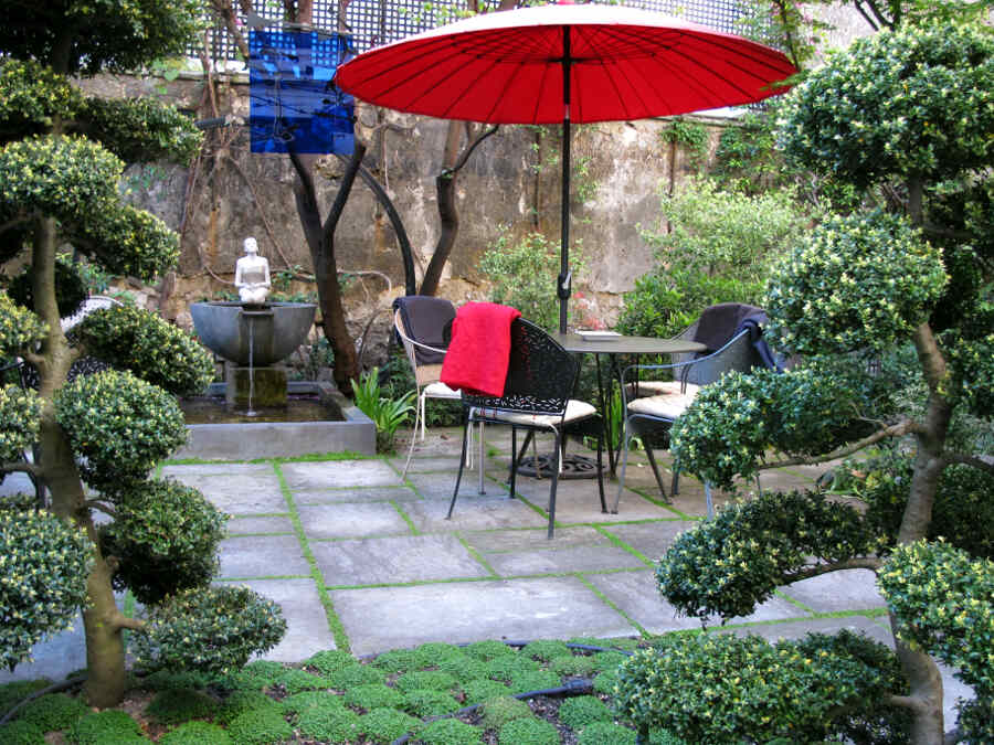 Japanisch anmutender Innenhof im Pariser Stadthotel mit Garten