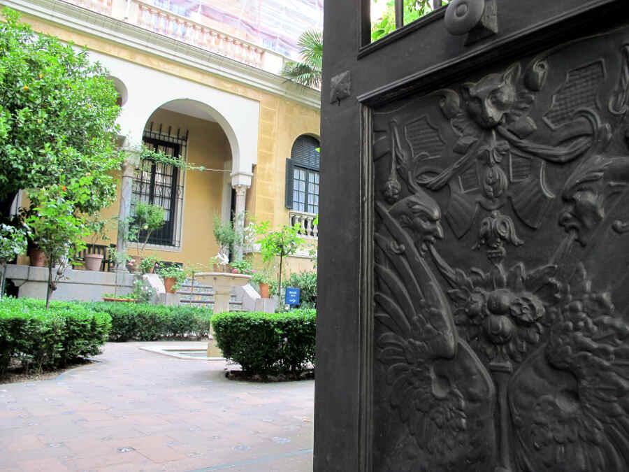 Der Eingang zum Künstlergarten Sorolla in Madrid