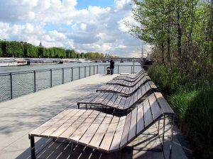 Foto von mehreren Gartenbänke zum LIegen im Garten auf der Seine