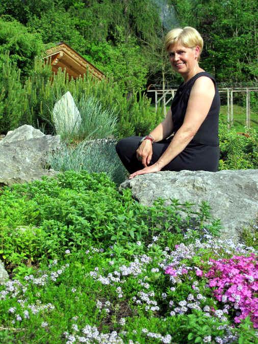Foto mit der Kräuter-Gärtnerin Irmgard Rendl