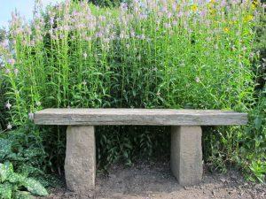 Foto einer Holzbank mit Steinfüßen
