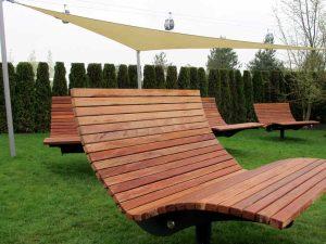 Gartenbank aus Holz ergonomische Form