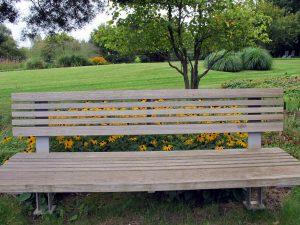 Gartenbank aus Holz und Metall in Park