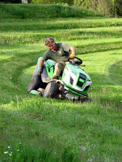 Robert von Süsskind auf dem Rasenmäher