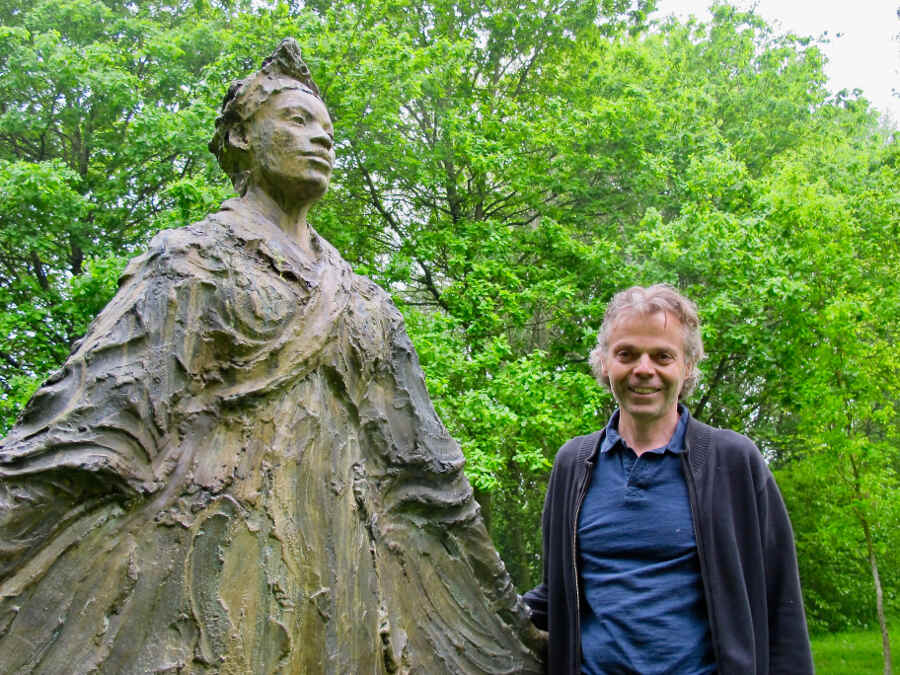 Jean-Marc de Pas neben einer seiner Kunstwerke im Garten Bois-Guilbert in der Normandie.