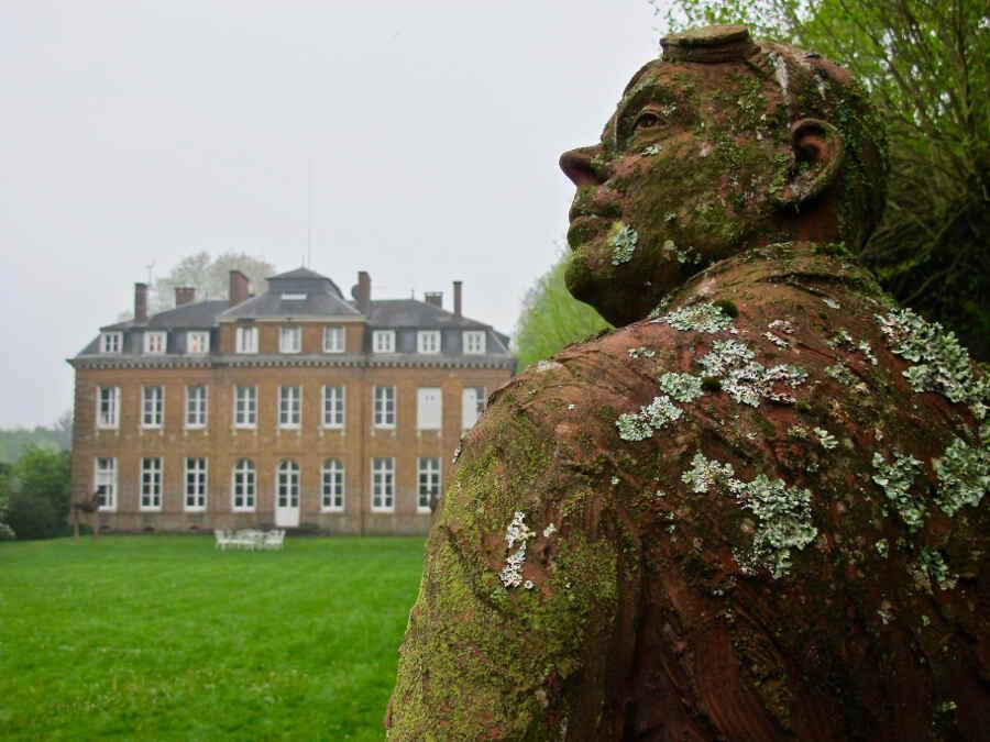 Das Schloss Bois-Guilbert mit Garten und Kunstwerk in der Normandie