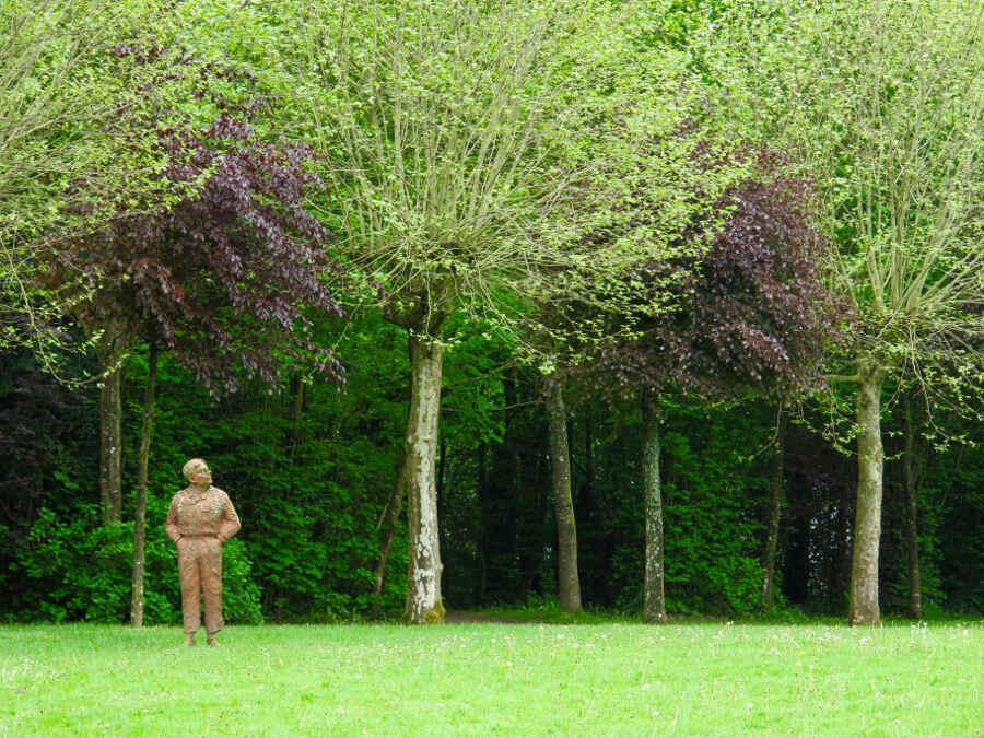 Kunstwerk unter Bäumen im Garten Bois-Guilbert in der Normandie.