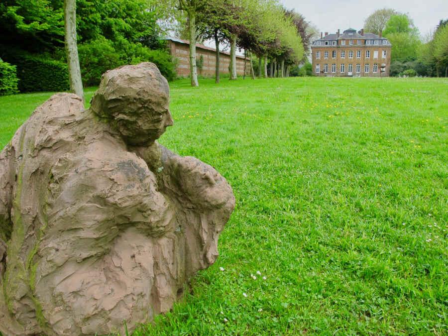 Kunstwerk auf Wiese vor Schlossgebäude im Garten Bois-Guilbert in der Normandie.