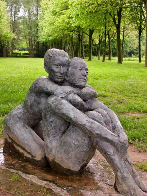 Die Skulptur eines Liebespaares im Garten Bois-Guilbert in der Normandie.