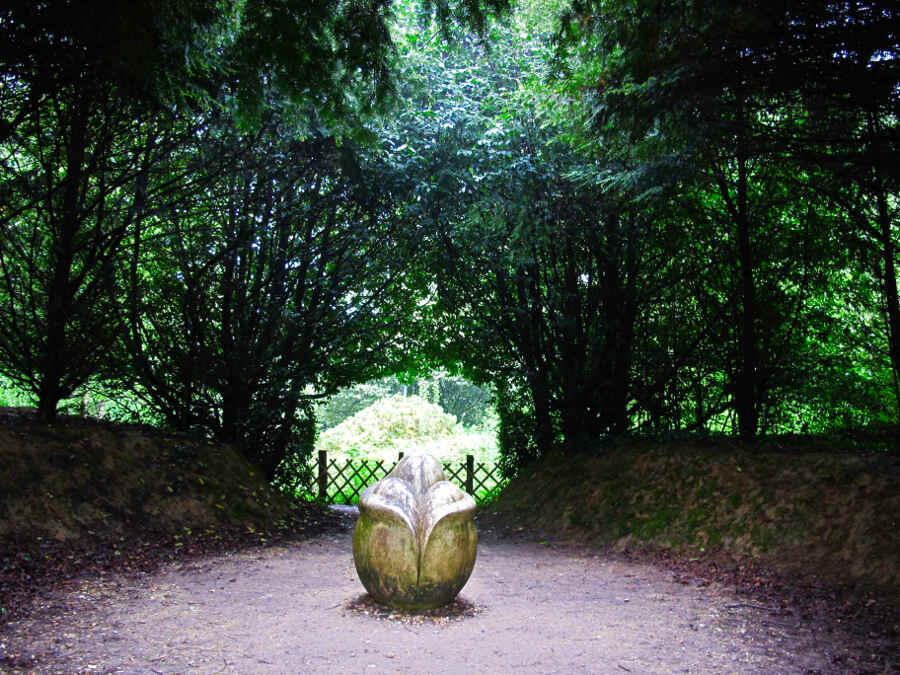 Kunstwerk im Baumkreis im Garten Bois-Guilbert in der Normandie.