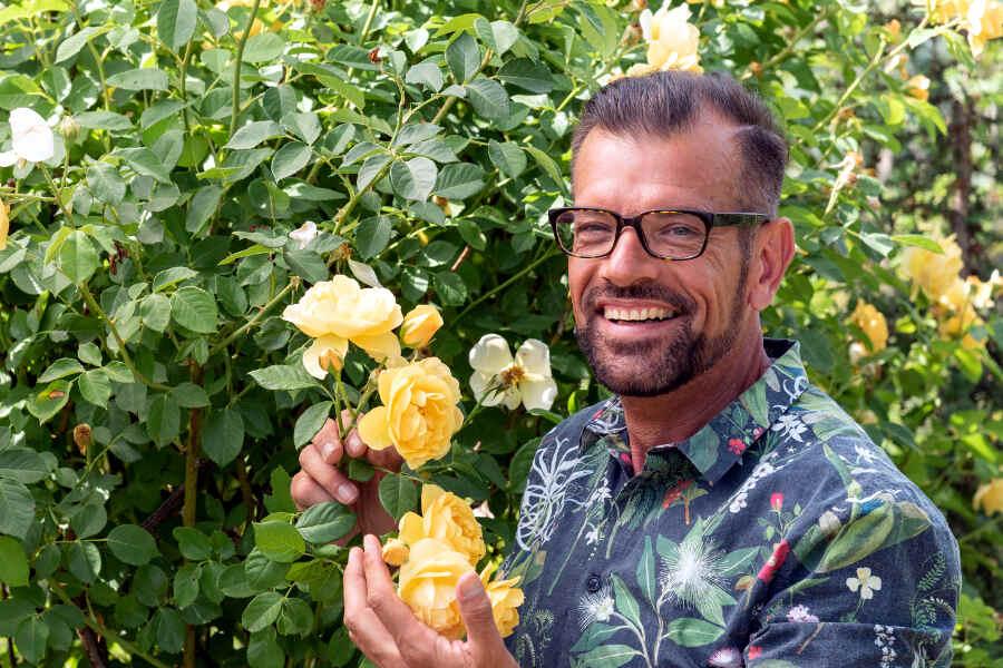 Karl Ploberger mit gelber Rose.