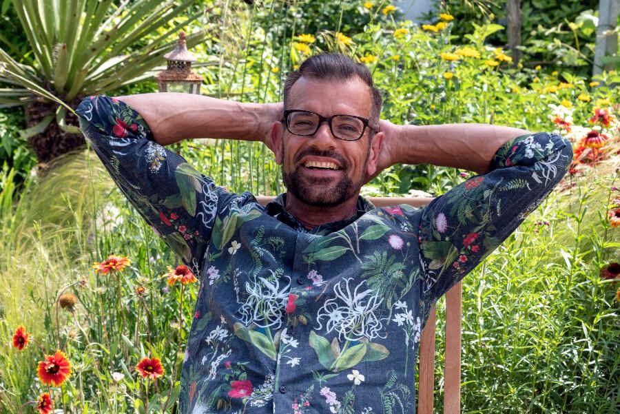 Karl Ploberger im Garten.