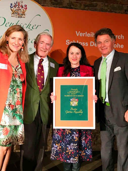 """Preisverleihung """"Bester Garten-Reiseblog 2020"""": Sabine Freifrau von Süsskind, Dr. Rüdiger Stihl und Robert Freiherr von Süsskind gratulieren Daniela David."""