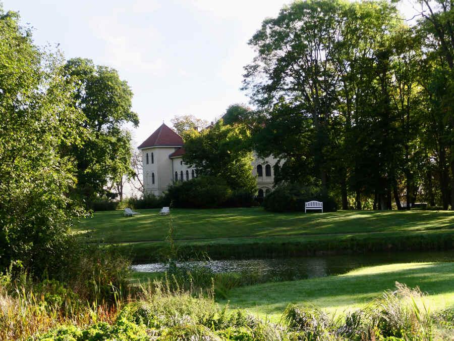 Hunderte von Bäumen wachsen im Garten des SchlosshotelsMarihn in Mecklenburg